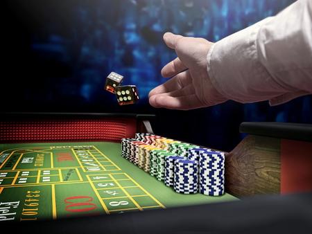 dice throw on craps casino table Standard-Bild