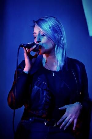 singer woman during a live show Foto de archivo - 119447861
