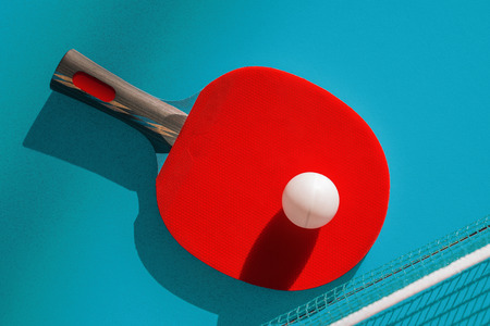 Net and a red racket on the table for ping pong Stockfoto
