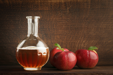 Apple cider vinegar in a glass decanter. ?opy space Foto de archivo