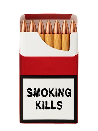 Zigaretten mit einer Spitze in Form von Kugeln und der Aufschrift Rauchen tötet auf der Verpackung. Standard-Bild