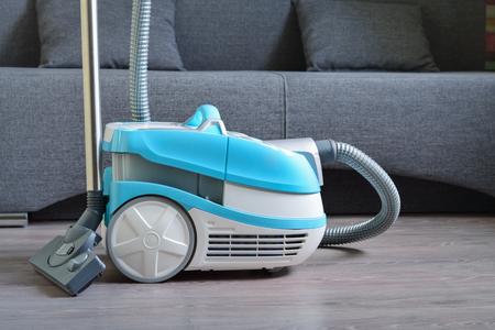 Aspirador multifuncional en suelo laminado.