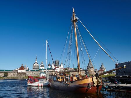 pez vela: Two sailing ship in front of Ancient Solovetsky Monastery Foto de archivo