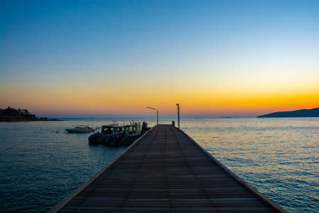 Colorful sunrise seascape rocky shore at Khao Laem Ya Thai marine national park. Rayong, Thailand. Standard-Bild