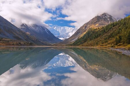 Beautiful mountain lake. High mountains, glacier, snow peaks. Reflections of mountains in the lake. Banco de Imagens