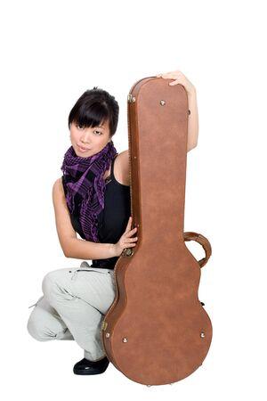 guitar case: Asia mujer con guitarra en el fondo blanco