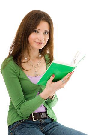 Kobieta w zielonym gospodarstwa książce sam kolor i patrząc do kamery
