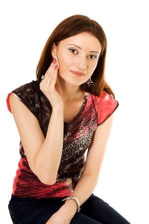 tampon: Mujer limpiando la cara con tamp�n de lavado de algod�n fuera de mirar a la c�mara de maquillaje
