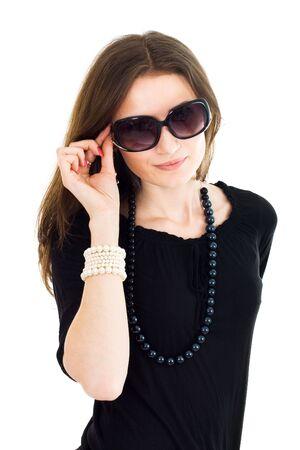 魅力的な女性は黒のガウンを身に着けているサングラスに笑みを浮かべて