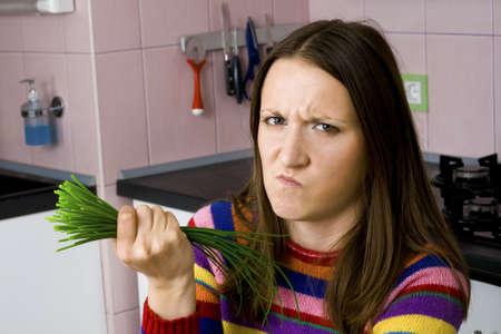 mujer decepcionada: mujer decepcionada con la calidad de las verduras