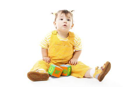 Escuchar chico joven con bloque con letras sentado en el suelo, aislado en blanco