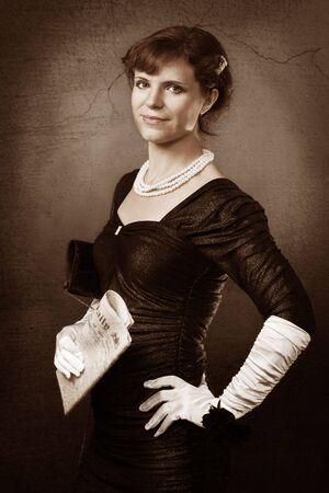 antique woman: Anciana de estilo con guantes de peri�dico y blanco Foto de archivo