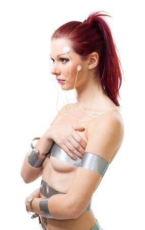 electrocardiograma: Atractiva mujer futurista con sensores de cerebro en su cara, aislado