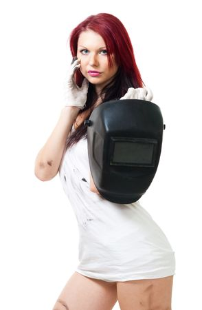 soldador: Mujer atractiva pie y mantenga la m�scara de soldadura en camisa sucia Foto de archivo