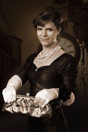 woman clock: Anciana de estilo sosteniendo el bolso con reloj en segundo plano