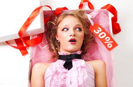 lazo regalo: Doll en cuadro de presente, sorprendido en el precio de venta sobre fondo blanco