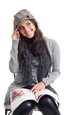 leggere rivista: Positiva giovane donna felice legga la rivista e sorriso