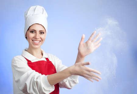 hands off: Feliz el sonriente agitar de cocinero fuera harina de manos