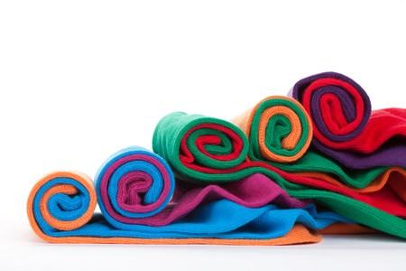 Kilka różnych tkaniny kolorowe skarpety zwojach