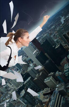 donna volante: Ufficio superman donna battenti nel centro e la lotta con il lavoro di carta