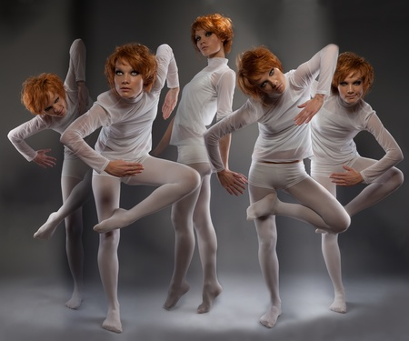 Clones futuristas de una mujer en movimiento y poses inusuales