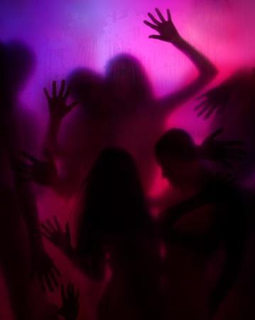 Grupa ludzi za kurtyną przejrzyste o aktywności miłość i płeć