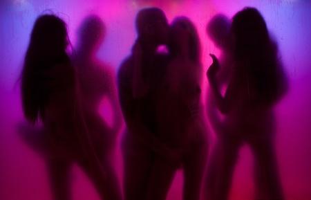 sexe: Quelques Yong ayant l'amour dans les lumi�res de la nuit avec la couleur de fond derri�re le rideau