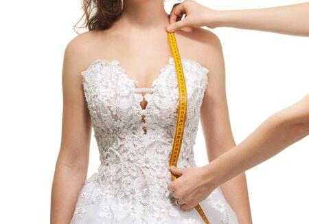 sew: Meten van vrouw schouder tot taille lengte met centimeter, geïsoleerd op wit