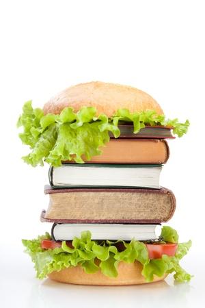 녹색 배경에 책을 햄버거로 표현 교육 패스트 푸드 개념