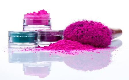Proszek makijażu w różnych kolorach i szczotki