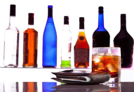botella de licor: Monedero y de sidra de hielo y botellas en el bar en el fondo