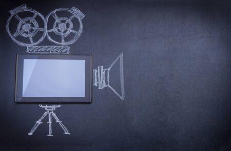 camara de cine: Tablet PC como c�mara de cine en la pizarra con el tr�pode y la luz estrobosc�pica dibujado con tiza Foto de archivo