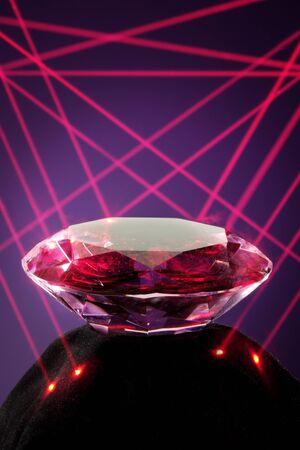 Veiligheidsconcept met kristal wordt bewaakt door een laser alarm systeem