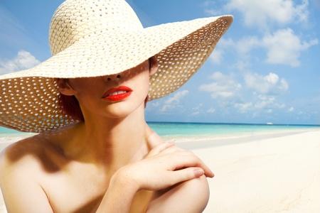 straw hat: Bellezza ritratto di donna che indossa un cappello di paglia sulla spiaggia di sabbia bianca Archivio Fotografico