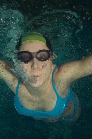 Frau Schwimmer unter Wasser in Gläser und Deckel schießen