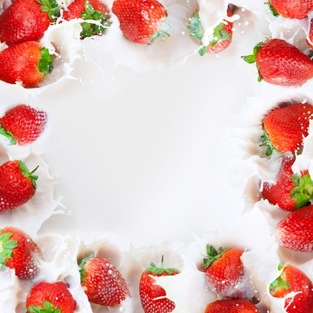 yogur: marco hecho de fresas salpicar a la leche