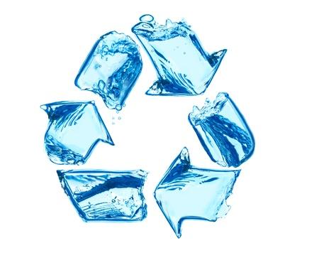 reciclar basura: reciclaje de signo hecho de salpicaduras de agua