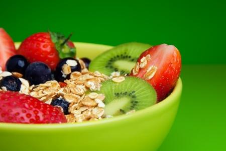 comiendo cereal: Cuenco con muesli y frutas frescas y frutas Foto de archivo