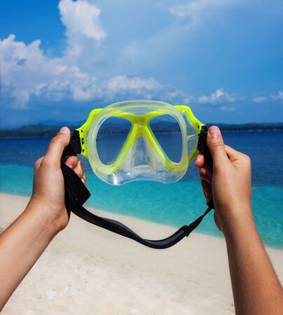 hands holding scuba mask ready to put on Stock Photo - 15672825