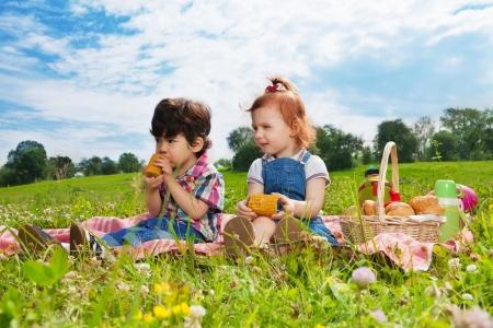 dwa cute małe dzieci, jedzenie, lunch na piknik
