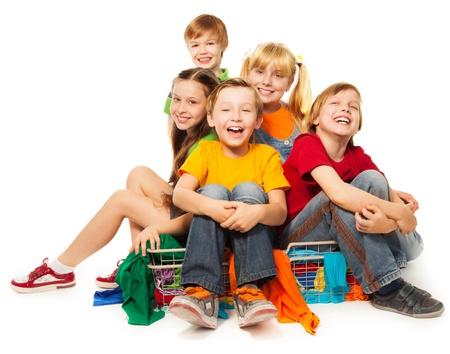 ni�os sentados: Un grupo de chicos que se divierten en la tienda de ropa Foto de archivo