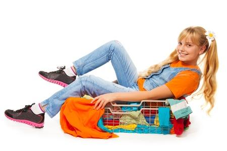 kledingwinkel: Blond meisje met plezier in kledingwinkel