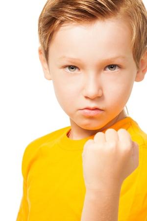 niños malos: Chico mal humor que muestra su puño listo para perforar aislado en blanco Foto de archivo