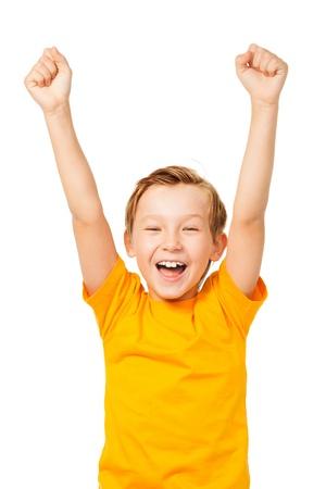 niños felices: Funny boy gritando con las manos para arriba aislados en blanco