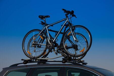 mounted: Fiets vervoer - twee fietsen op het dak van een auto