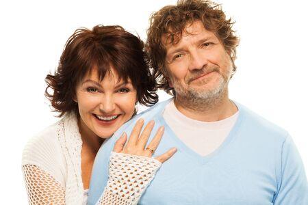 Gelukkig respectvolle paar in hun jaren vijftig op wit wordt geïsoleerd