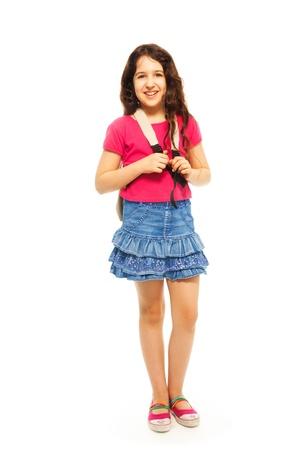 fille arabe: Portrait d'une jeune fille de 11 ans heureuse avec sac � dos et les cheveux boucl�s isol� sur fond blanc - portrait pleine hauteur Banque d'images