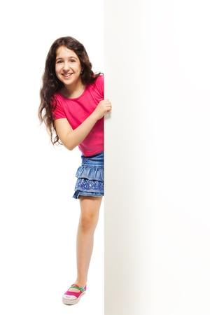 fille arabe: Hauteur de belle fille se cachant derrière la plaque blanche, isolé sur blanc