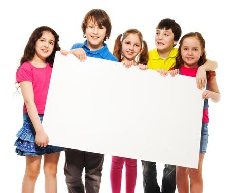 아이, 친구, 남자와 여자, 흰색 배경에 고립 된 자신의 텍스트에 쓰려면 빈 현수막 보드를 보여주는 행복 미소 그룹