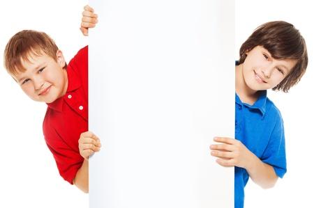 show bill: Dos muchachos que muestran la tarjeta blanca en blanco para insertar mensajes publicitarios